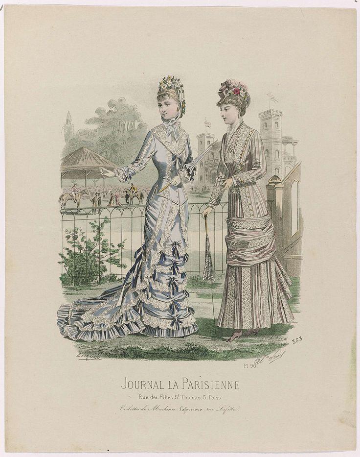 A Paul | Journal la Parisienne, juli 1878, No. 353, Pl. 90 : Toilettes de Madame..., A Paul, 1878 | Twee vrouwen bij een paardenrenbaan, gekleed in japonnen. de linkervrouw draagt een  lichtblauwe japon met sleep, lijfje en rok versierd met kant en donkerblauwe strikken. En een hoed met striklinten en versierd met bloemen. De rechtervrouw draagt een roze-wit gestreepte japon gegarneerd met breed band met zig-zag motief. In de hand een wandelstok, die ook als parasol kan worden gebruikt…