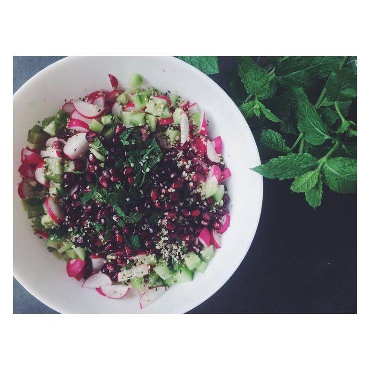 Frisse komkommer-radijssalade met hennepzaadjes