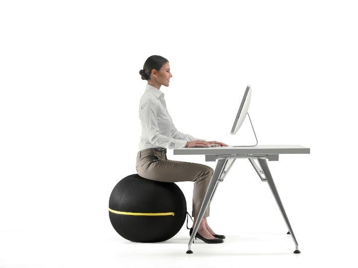 Technogym presenta la Wellness Ball active sitting che ci permette di curare la nostra forma fisica restando comodamente seduti