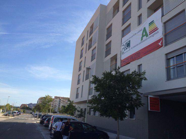 Primera promoción de viviendas privadas con eficiencia energética A en España . 9000 m2 y 170 pisos económicos entre 39000 y 80000 euros. Si tuviera dinero invertiría en estos pisos ( arquitectura racional )