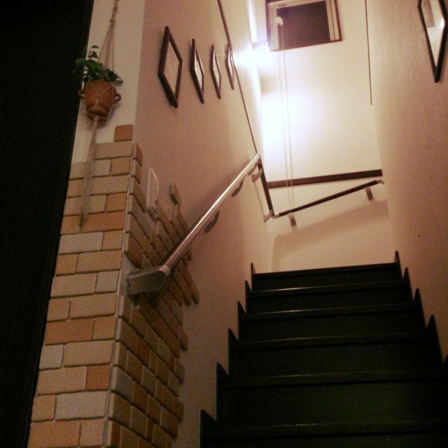 chan.chiさんの、観葉植物,かるかるブリック,アイビー,子供3人,手作りが好き,プランツハンガー,ぶら下げ,麻ひも編み,100均アイテム,階段,壁/天井,のお部屋写真