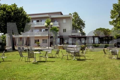 Hotel Stella del Benaco Manerba del Garda Set a few steps from the shore of Lake Garda, Hotel Stella del Benaco offers accommodation with lake view in Manerba del Garda. Guests can enjoy the on-site bar. Rooms include a flat-screen TV with satellite channels.