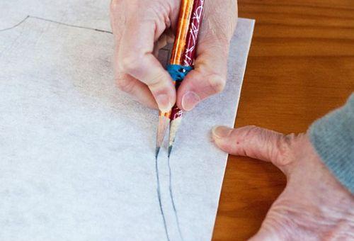 «Сдвоенный» карандаш поможет нарисовать выкройку сразу с припуском.