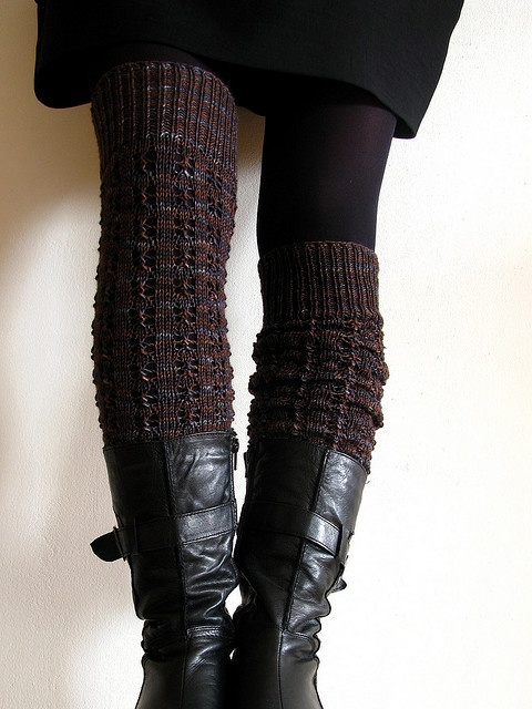 legging pattern: some cloudy day by tiny owl knits available on ravelry knitted by mustaavilaa | perfect for wearing with skirts when the weather gets nasty! Picture shows leggings both fully extended and scrunched down. #knittingpattern #legwarmers #bootsocks