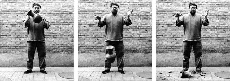 Dropping a Han Dynasty Urn, 1995.  Dropping a Han Dynasty Urn, 1995 La destrucción de una urna de la dinastía Han es una metáfora del descuido y derribo de los edificios históricos chinos (© Ai Weiwei - Courtesy of Ai Weiwei Studio. All images courtesy Ai Weiwei)  Ver más en: http://www.20minutos.es/fotos/artes/primera-gran-retrospectiva-de-ai-weiwei-en-londres-11611/#xtor=AD-15&xts=467263