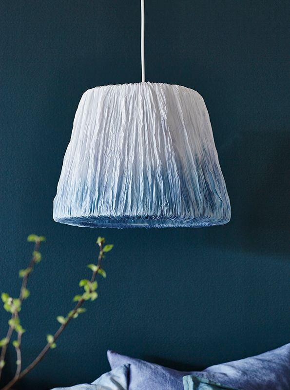 Geef je lampenkap een nieuwe look! Bind de stof en dip de stof in de verf | Wooninspiratie DIY IKEA IKEAnl IKEAnederland inspiratie HEMSTA lampenkap kap verven textiel stof stoffen pimpen dippen