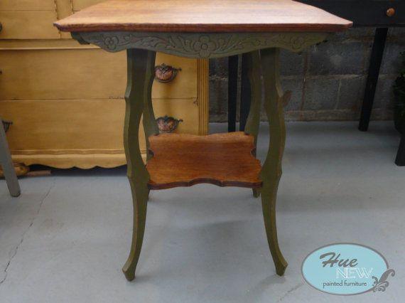 Beautiful Antique Scalloped Top Oak End Table Quarter