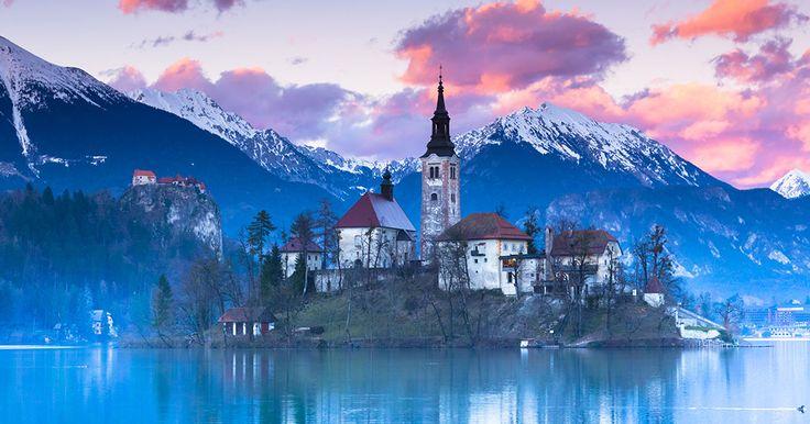 La Slovénie abrite de somptueuxpaysages méconnus du reste du monde. Le lac de Bled, situé à moins de 60 km de la capitale Ljubljana, offre un spectacleféerique qui semble arrêter le temps. Ses eauxbleutées, aux teintes changeantes ...