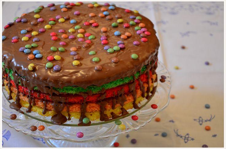 Regenbogen-Kokos-Kuchen mit Schokoglasur #rezept #recipe #kochen #backen #idee #essen #trend #filizity #kuchen #torte #salat #tafel