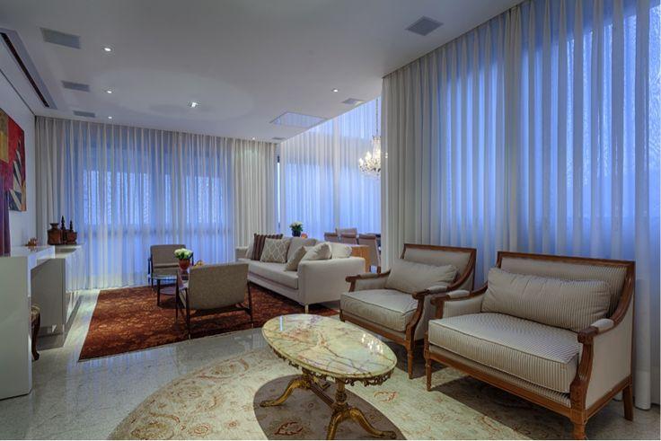 Este primoroso projeto de Emmanuelle Eduardo lançou mão de #cortinas em musseline de seda dupla, da Ana Luiza Decorações, que deu mais glamour ao ambiente. Muito belo!! #design #interior #interiores