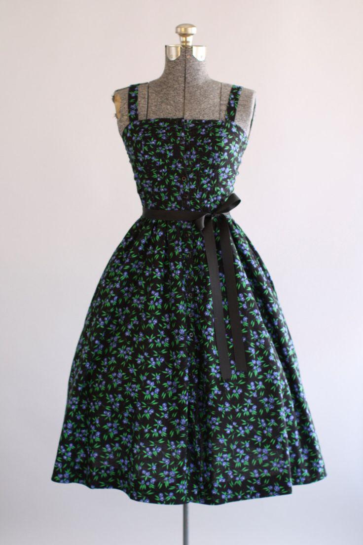 Deze jaren 1970 Lanz originelen katoenen jurk beschikt over een blauwachtig paarse en groene bloemenprint bovenop een zwarte achtergrond. Dunne bandjes. Knoppen aan voorkant. Geplooide rok. Bevat een zwart lint taille band (niet origineel aan de jurk). Zeer goede vintage staat. Houd er rekening mee: petticoat gedragen onder rok voor toegevoegd volheid. Dit stuk is schoongemaakt en is klaar om te dragen!  Label Lanz originelen Stof katoen mix Geschatte maat XS Label grootte n/b Pit-Pit…