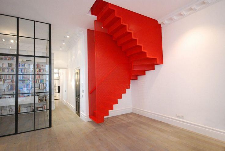 Deze trap is een samenwerking tussen Michaelis Boyd Associates en Webb Yates Engineers. Ze hebben het ontworpen voor een moderne woning gelegen in Londen. Er zijn verschillende elementen die deze trap zo bijzonder en uniek maken. Allereerst is de kleur een opvallende keuze. Rood contrasteert erg mooi met de daaromheen strakke witte muren. De gehele trap is rood, zelfs de trapleuning binnen in de trap. Dit geeft de gehele ruimte een speelse uitstraling. Ook het zwevende karakter is een…