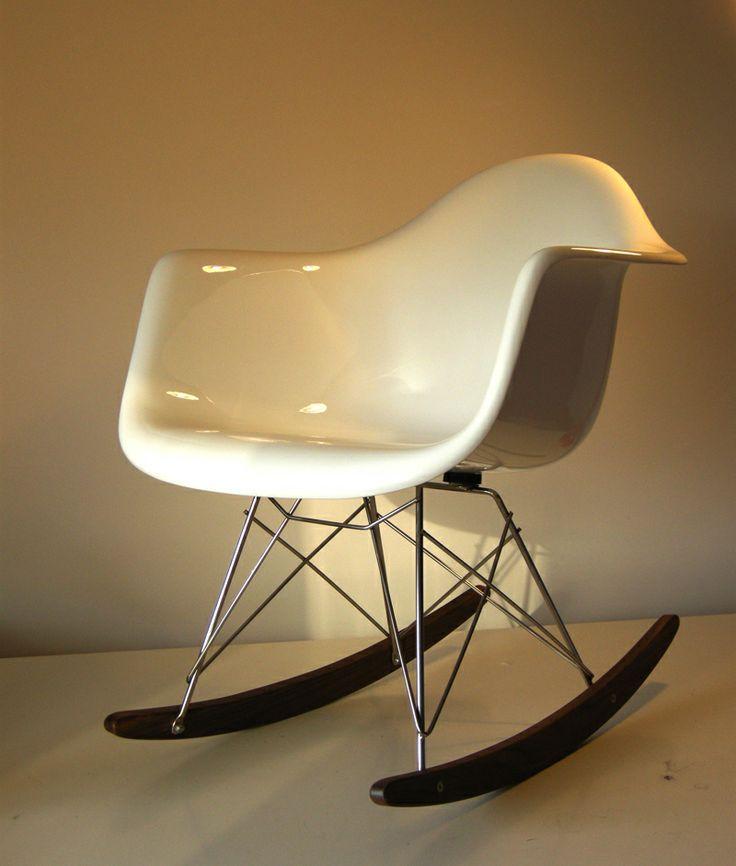 """Sedia a dondolo RAR fiberglass, Charles & Ray Eames, 1948. Riedizione contemporanea (NON MARCATA) della celebre sedia a dondolo progettata da Charles&Ray Eames nel 1948, e presentata per la prima volta nell'ambito del concorso """"organic design in home furnishing""""."""