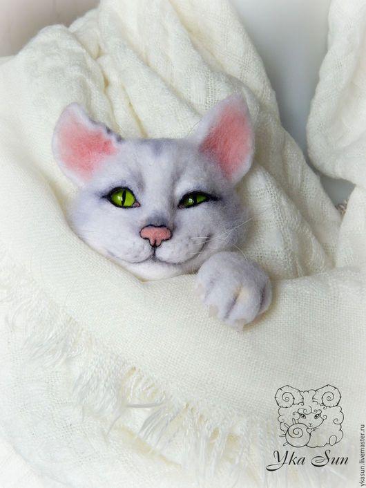 Броши ручной работы. Котик белый хитрый - брошь валяная. Есть в наличии!. Yka Sun (Юка Сан). Интернет-магазин Ярмарка Мастеров.