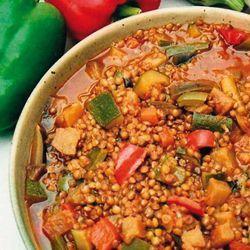 Ratatouille aux lentilles• 1,5kg de légumes de ratatouille (poivrons, aubergines, courgettes) • 2 verres de lentilles (300g) • 750ml d'eau • 1 c. à café de curcuma • 1 c. à soupe d'herbes de Provence • 1 pot de sauce tomate de 300g environ • 2 cubes de bouillon végétal sans sel • 3 c. à soupe de shoyu
