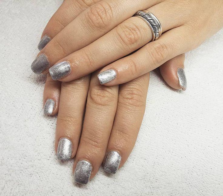 Uñas de gel shine para estas fiestas. #shine #shinenails #manicura #manicure #nails #uñas #gelnails #uñasgel  #uñasrojas #beauty #revivenailbeauty #barcelona #beautysalon