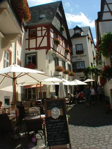 Hotel Klapperburg Beilstein Featuring free WiFi throughout the property, Hotel Klapperburg offers pet-friendly accommodation in Beilstein, 37 km from Koblenz.  The rooms come with a flat-screen TV. Some rooms have a seating area to relax in after a busy day.
