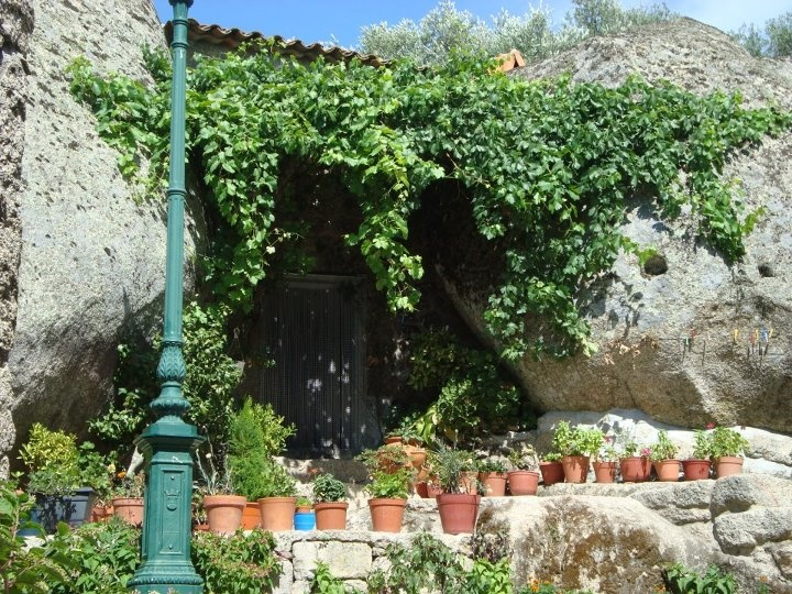 Monsanto historical village house in between two boulders..quite cool, han?  File: Aldeiras Históricas