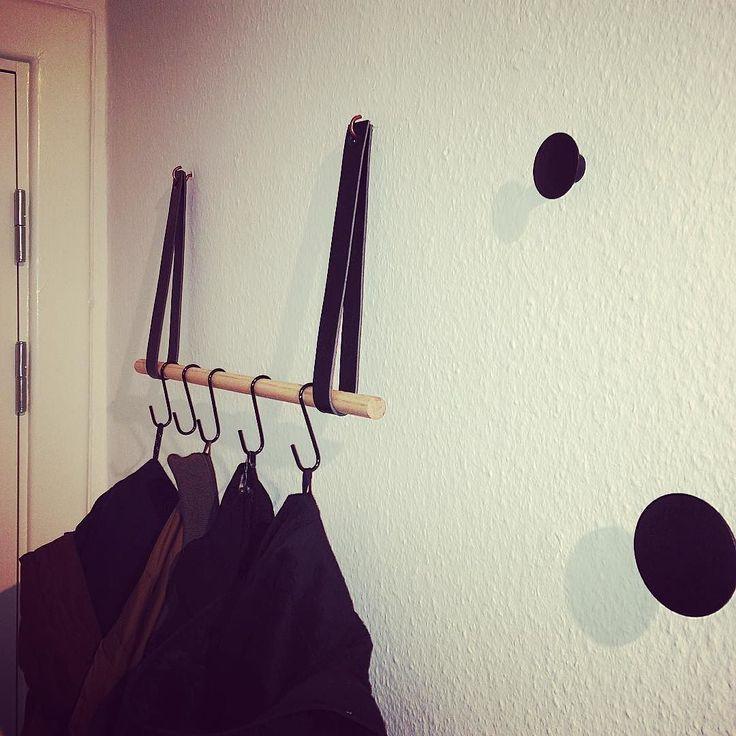 Super glad for min nye knagerække #hjemmelavet #DIY #diyknagerække #dots #entre #interiordesign #hardogikkeselvhængtdenop by fiiieeh