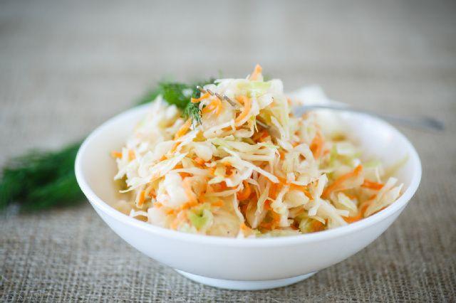 Saftiger Krautsalat mit Karotten, Zwiebeln und einerlm leichten Joghurt-Dressing