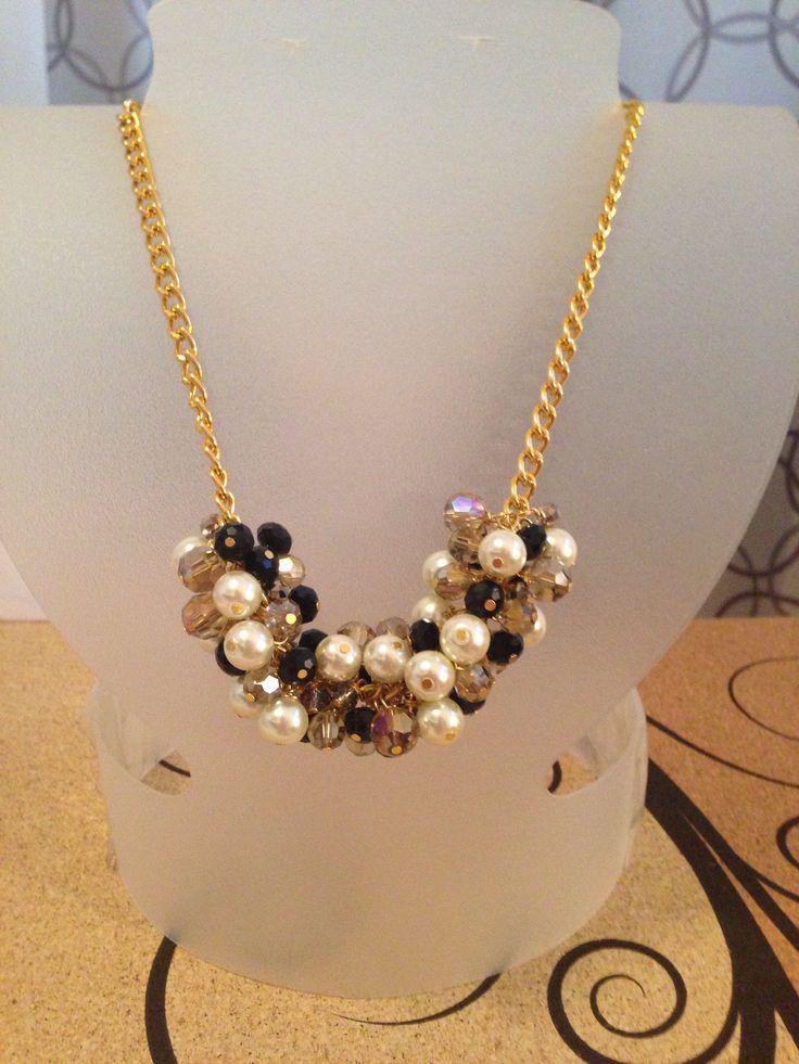 Collar de perlas acrílicas con cristal cortado