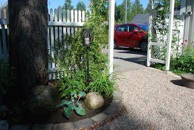 Nu ska ni få se några bilder från ingången till trädgården vid vår garageuppfart. Vi har jobbat hårt i sommar för att fixa till...