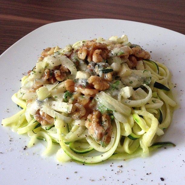 Zucchinispaghetti mit Fenchel, Walnüssen und Gorgonzola: http://harrcooking.tumblr.com/post/81996337675/zucchinispaghetti-mit-fenchel-walnuessen-und-gorgonzola