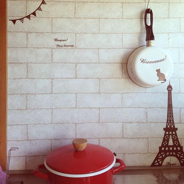 女性で、4Kのコンロまわり/ニトリ/壁紙/セリア/キッチンについてのインテリア実例を紹介。「おはようございます♡   コンロまわりです♪   レンガ壁紙にセリアのウォールステッカーをペタリ♡」(この写真は 2014-04-02 08:59:19 に共有されました)