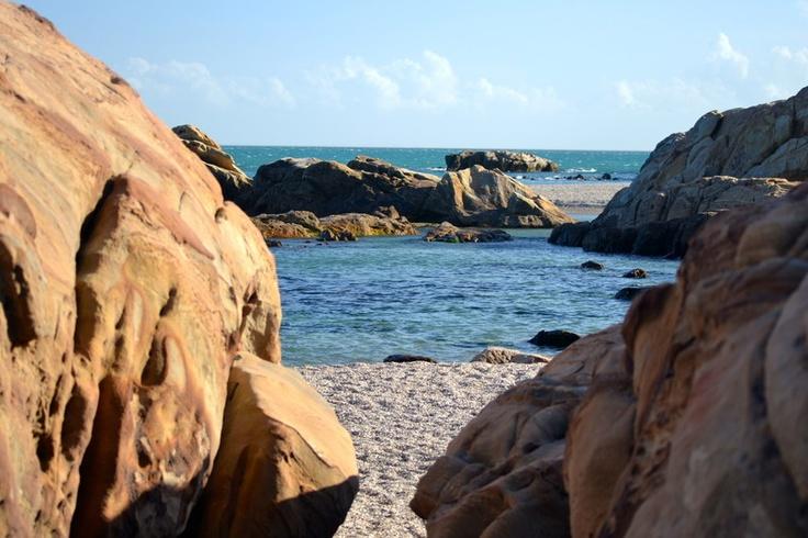 Las playas de Sabinillas nos ofrecen rincones sin igual. Chullera nos ofrece una formación rocosa de especial interés paisajístico y riqueza ecológica.