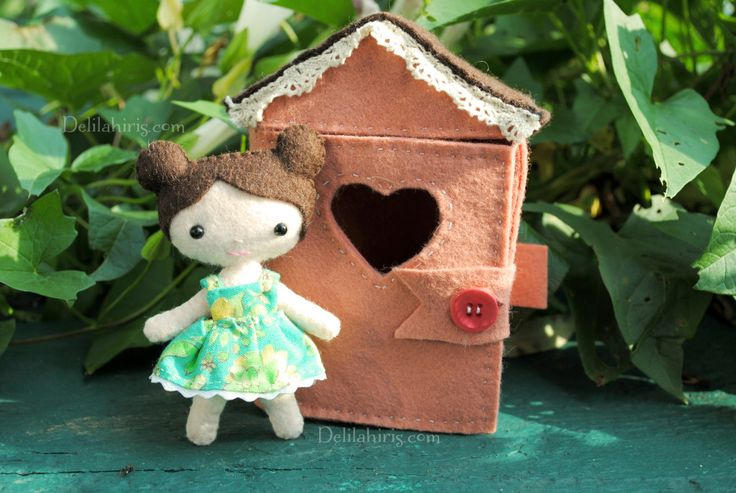 A printable doll house sewing pattern. Create your own tiny felt doll house for DelilahIris felt mini dolls.