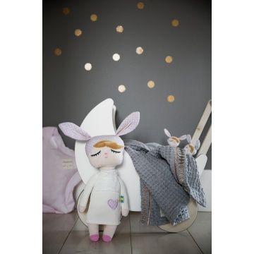 Deze schattige Kanindocka pop (42 cm) met vrolijke konijnenoren en roze blosjes op haar wangen zorgt voor veel speelplezier en heeft een hoog knuffelgehalte! Het ideale knuffelvriendje voor je kindje!