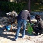 """Cilj akcije čišćenja je bio očistiti plažu na području naselja Zablaće od različitog otpada a posebno od plastičnih vrećica. Akciju """"Zajedno za čišći Šibenik"""" financira Zaklada """"Kajo Dadić"""" iz Splita."""