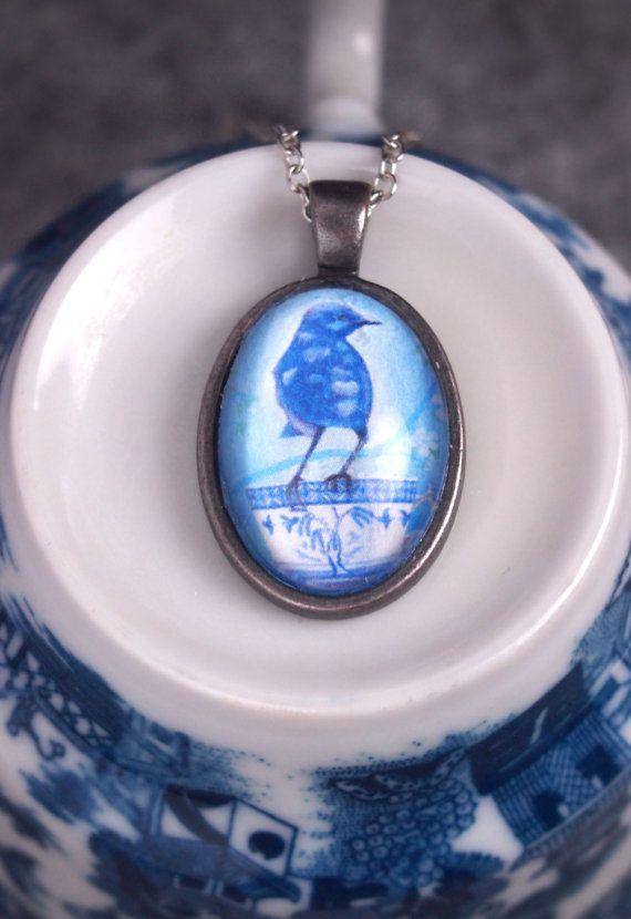 vogel ketting, vogel hanger, blauwe glazen ketting, theekop juweel, vogelliefhebber geschenk, valentijnscadeau, blauw vogel accessoire