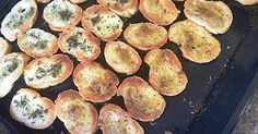 Fabulosa receta para Tostadas saborizadas. Aprovecha el pan viejo haciendo tostadas para dips o como base de bocaditos.