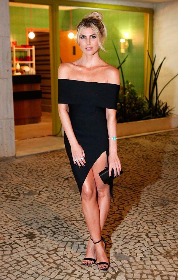 Julia Faria usa vestido com fenda e sandália de tiras pra balada