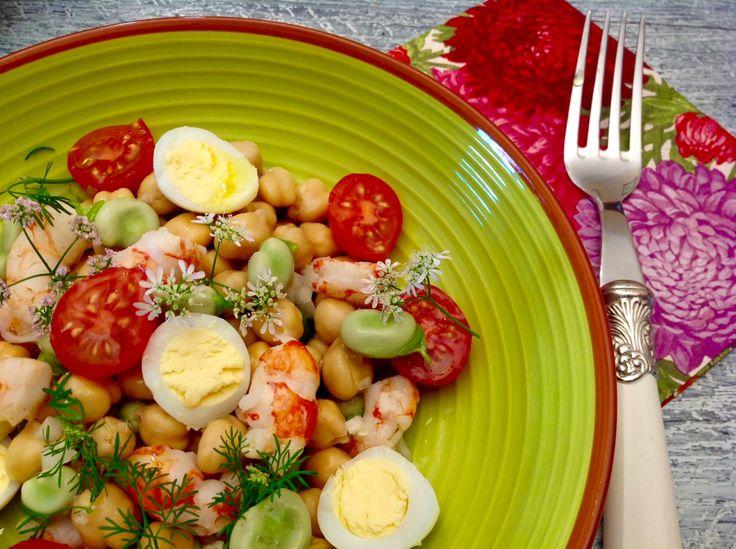 Ensalada de garbanzos, habas,  cherrys y huevos de codorniz