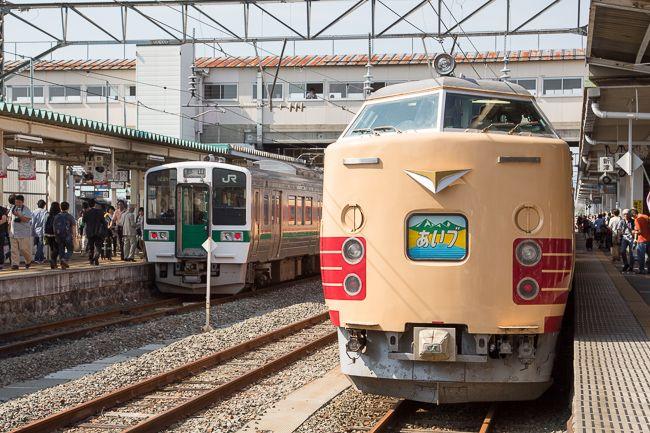 会津若松駅に入る485系「あいづ」。特急列車としての「あいづ」の登場は1968年。車両は483系と485系が使われ、上野―会津若松間を往復した。1993年には、上野―郡山間の運転が廃止。列車名も特急「ビバあいづ」に変わった