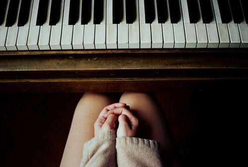 Eu preciso aprender a tocar piano para que eu possa tocar e cantar ao mesmo tempo