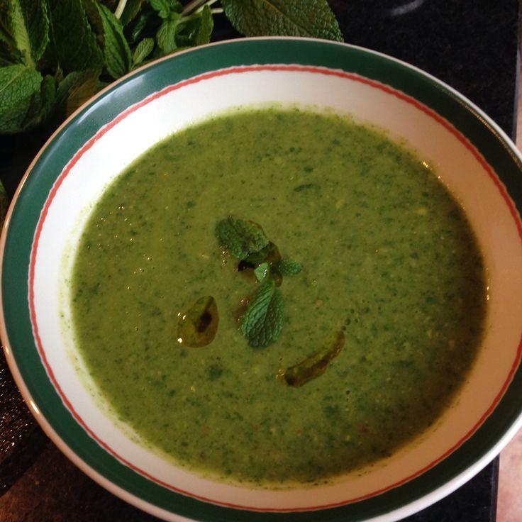 Heerlijke groene vitamine soep met doperwten, courgette, munt, spinazie heerlijk