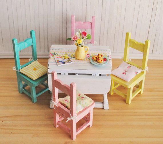 Cottage miniatura Chic Gota Hoja Mesa, 4 sillas en la mayoría de los colores actuales con cojines de silla de la vendimia, flores, y un OOAK Camino de Mesa