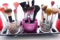 Make-up borstels, maar ook pennen opbergen: (sier)steentjes kraaltjes in een vaasje. De borstels blijven hierdoor makkelijk rechtop staan