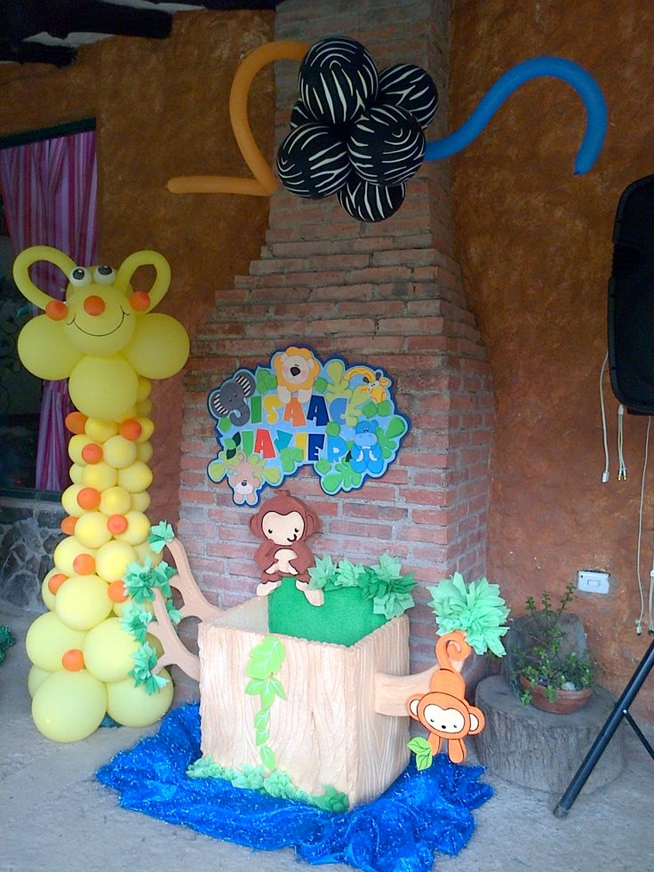 Caja para regalos y jirafa en globos tema safari bebe for Decoracion para la pared