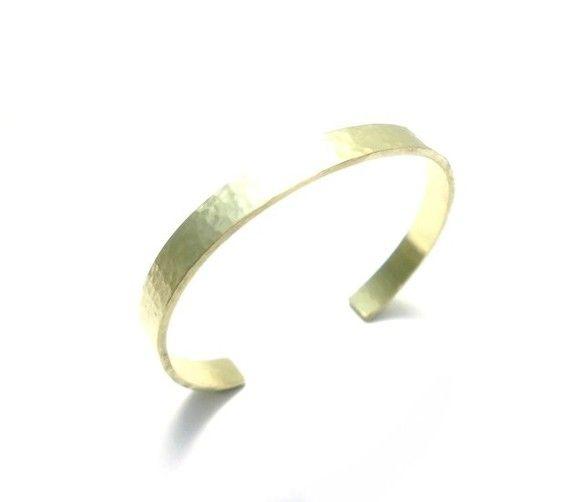 細かい槌目模様を打ち込んだシンプルな真鍮のレディース用のバングルです。バングルの幅は6mmと身につけやすいサイズです。材料費はシルバーよりもかなり安価のためお...|ハンドメイド、手作り、手仕事品の通販・販売・購入ならCreema。