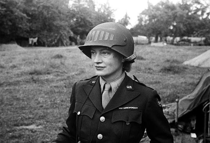 Ли Миллер в стальном шлеме, который был специально создан, чтобы можно было пользоваться фотокамерой. Фотограф неизвестен. Нормандия, Франция 1944г.