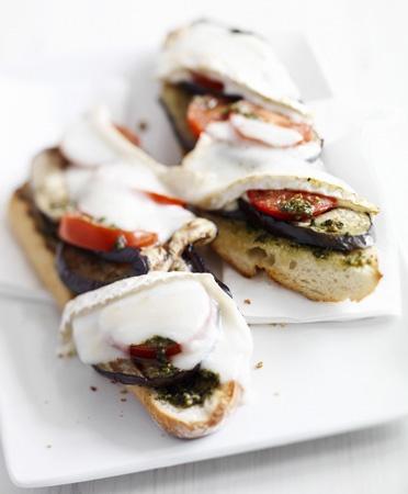Stokbrood met gegrilde aubergine en geitenbrie