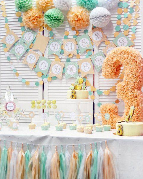 Мятно-персиковый детский День рождения девочки. В формлении кенди бара использовали: Бумажная объемная цифра 3, гирлянда тишью, растяжка С днем рождения, гирлянда-кружочки из картона, помпоны, бумажные шары и следующие сладости: тортик, капкейки, кейкпопсы, зефир, безе