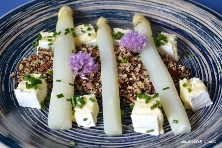 Gestoomde asperges op quinoa waar een kruim doorheen zit van fijn gehakte uitgebakken spekjes met tijm en lavas en peper. Ook wat Franse kaas erbij en gedecoreerd met bloemen van de bieslook en bestrooit met fijn gehakte bieslook. Elisabeth©