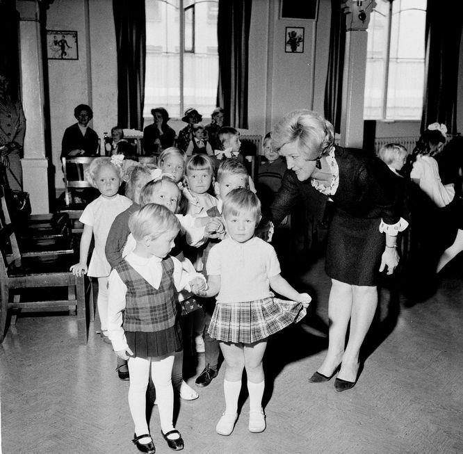 Danseglade smårollinger! Trude Farsund og Nina Grinstad fikk åpne «paraden» for danselærerinnen ved semesterstart. Begge byens danseskoler hadde overfylte kurs i alle aldersgrupper, så dansegleden var stor hos trondhjemmerne på 60-tallet. (Adresseavisen 20. september 1966)
