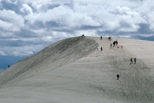 Abwechslungsreich: In der Kaschubei gleicht Polen der Sahara. Weiße, meterhohe Wanderdünen türmen sich im Slowinzischen Nationalpark auf.