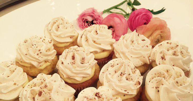 Wenche hadde besøk av Fem Fine Frøkner som har gjort nasjonalkaken om til en cupkake!